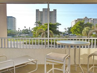Relaxing inland condo w/ heated pool just a short walk from the beach