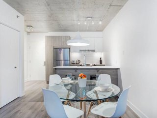 Well Equipped 1BR & Trendy ~ Concordia & Crescent!
