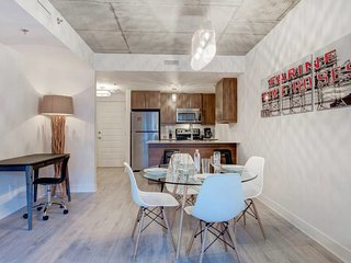 Peaceful and Bright 1BR Quartier des Spectacles!