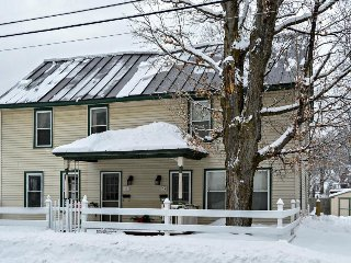 Cozy, historic home, quick walk to Ludlow village, shuttle to slopes!