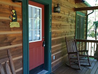 Baird's Creek Cabin ~ Cozy Cabin, Close to Golf, Creekside