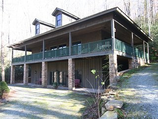 Honey Bear Haven ~ Gated Community, Pool, Mountain Retreat