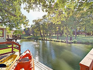 Lakeside 2BR w/ Secret Bunk Room, Kayaks, Boat Dock & Large Private Deck