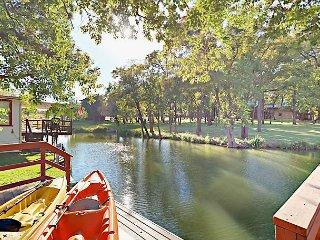 Lakeside 2BR w/ Secret Bunk Room, Kayaks, Boat Dock & Large Private  Deck