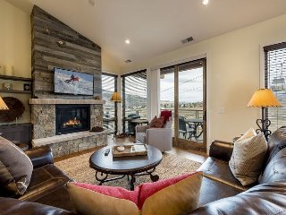 Stunning 3BR Townhome w/Views & Fireplace - 2 min Walk to Gondola!