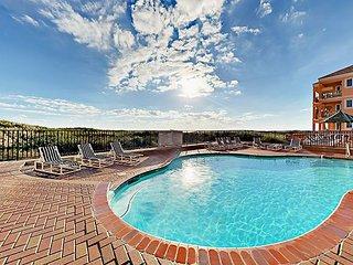 2BR Beachfront Condo Private 3rd-Floor Balcony, Pool & Hot Tub Suntide ii 308