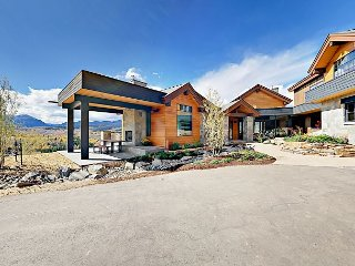 Brand-New 5BR w/ 3 Fireplaces, Water Feature, Private Hot Tub & Mountain View