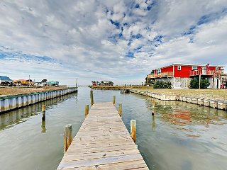 3BR on Mobile Bay w/ Fishing Dock – 1 Block to Beach, Near Marina