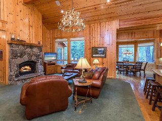 Luxe Custom 4BR Mountain Lodge on Golf Course w/ Access to Nature Trail