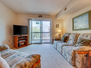 Convenient condo with a shared pool, three blocks from the beach!