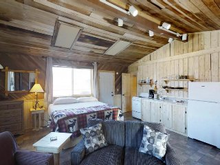Rustic cabin with full kitchen, private hot tub & easy ski access - dogs ok!