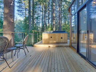 Beautiful modern home on 5 acres w/ hot tub & deck, near skiing/hiking!
