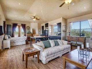 Casita with Private Entrance, Kitchenette, Hiking trails, Golf Courses, and