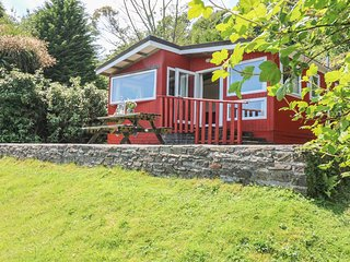 "BRAMBLE LODGE, hideaway with dreamy views, dog friendly, children""s outdoor"