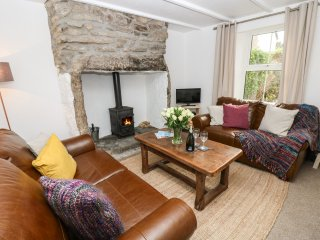 BLUE REEF COTTAGE, character terraced cottage, sea views, wood burner, Ref 96420
