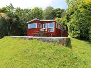 IVY LODGE, hideaway with dreamy views, dog friendly, children's outdoor play