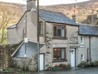 LEES COTTAGE, exposed wooden beams, views of Hope Valley, in Peak District