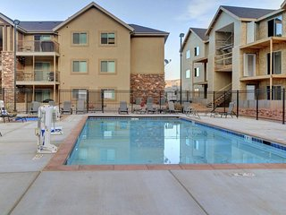 Outdoor lover's getaway, w/ views, shared pool  & hot tub, and plenty of room!