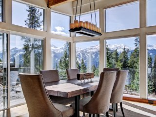 Find Yourself Surrounded by Unparalleled Views in This Modern Mountain Home