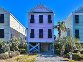 Pink Paradise, Beautiful 5 bedroom Home with a Private Pool, PET FRIENDLY