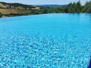 Vrijstaande villa met zwembad en pizzaoven voor vijftien personen.
