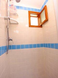 Bagno con doccia e maioliche vietresi