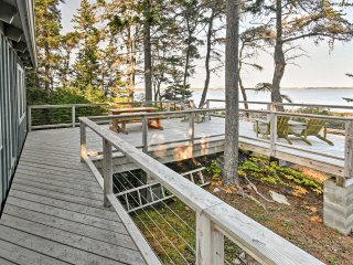 Prospect Harbor Oceanfront Cottage on 2.5 Acres!