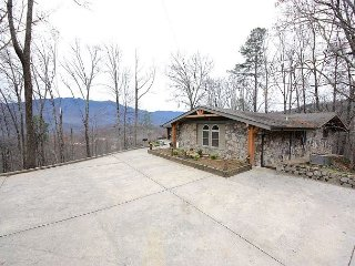 5 BR 5BA private family, executive retreat on 8 acres in Gatlinburg