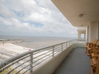 Gulf Views Condo w/ WiFi, Balcony, Resort Gym & Pool Access