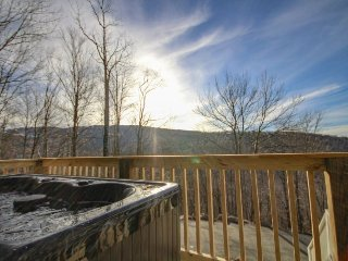 3BR/3BA Beautiful Beech Mountain Getaway with Hot Tub, Pool Table, Foosball