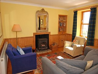 INVERYNE COTTAGE, open fires, pet friendly. Ref: 972516