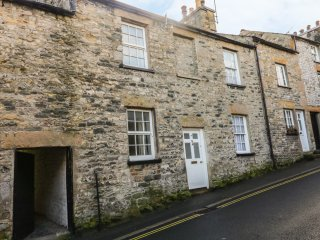 COSY COTTAGE, Yorkshire Dales National Park, WiFi, centre of Kirkby Lonsdale, Re