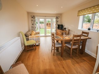 NUHOLME, pet friendly, enclosed garden, summer house, in Stalham, Ref. 968036