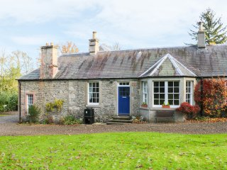 BEECH COTTAGE, WiFi, woodburning stove, woodland nearby, Ref 964622