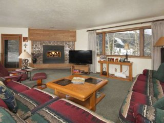 2 King Beds - View Of Slopes On River, Near Lifts, HOT TUB, Wood Fireplace. At B