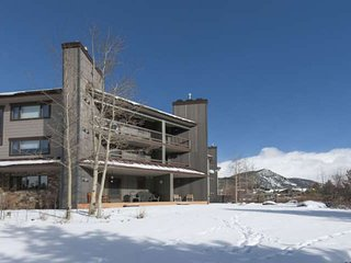 2 King Beds/Fully Remodeled. View Of Slopes & River, Near Lifts/HOT TUB/ 2 Firep