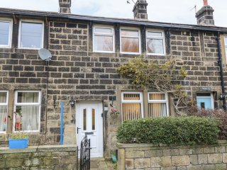Whinberry Cottage, countryside views, zip/link beds, in Oxenhope, Ref. 955324