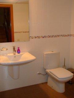 Baño 3 en la planta baja con aseo y lavamanos