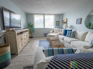 Sea Gem- 1 bd/1.5 bth Steps to Beach!