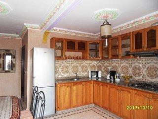 cuisine son plafond décoré, tout équipement micro onde blender presse jus cafetère elec etc..