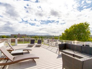 STUNNER ROOFTOP ★ SKYLINE VIEWS ★ DOWNTOWN LIVING