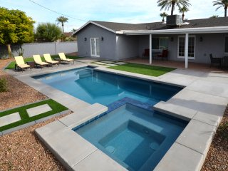 POOL HEAT INCLUDED! 4 bed/3 bath, Pool/Spa, TVs in all rooms,Old Town Scottsdale