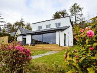 GRANNDA MHOR, loch views, wi-fi,parking. Ref: 972657