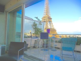 Penthouse with terrace widely open on Eiffel Tower