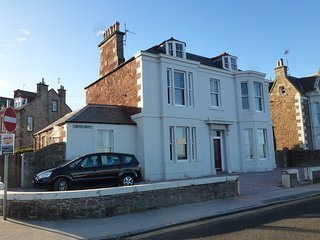 Beachfront ground flat - fab views across Forth WITH PRIVATE OFF-STREET PARKING