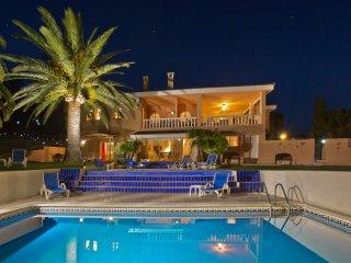Very Large, 2 floor Deluxe Apartment. Sea, pool, garden view. Roof top terrace!