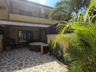 Casa Mango: 2 Story 2 Bed / 1.5 Bath Beach Townhouse Close To Everything!