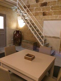 zona living e particolare della scale del soppalco