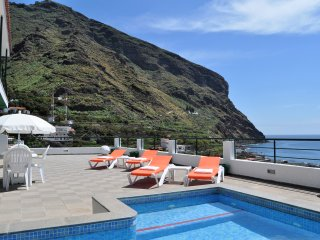 Spectacular views to the sea and the mountains, heated pool, sauna, beach...