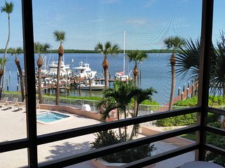 Wide waterfront View , king bed,1 Bedrooom 1 Bath Condo
